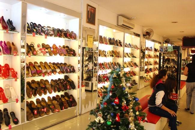 Cửa hàng giày của xưởng Tùng Anh khá nhiều sản phẩm với thiết kế đẹp.